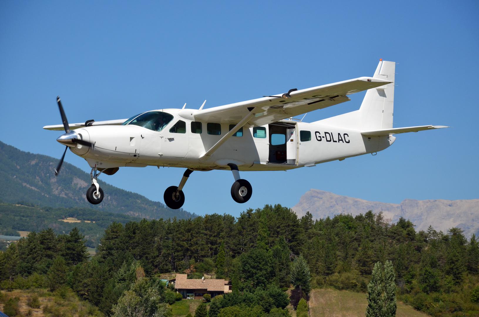 Sprung-Flugzeug im Anflug auf Gap-Tallard