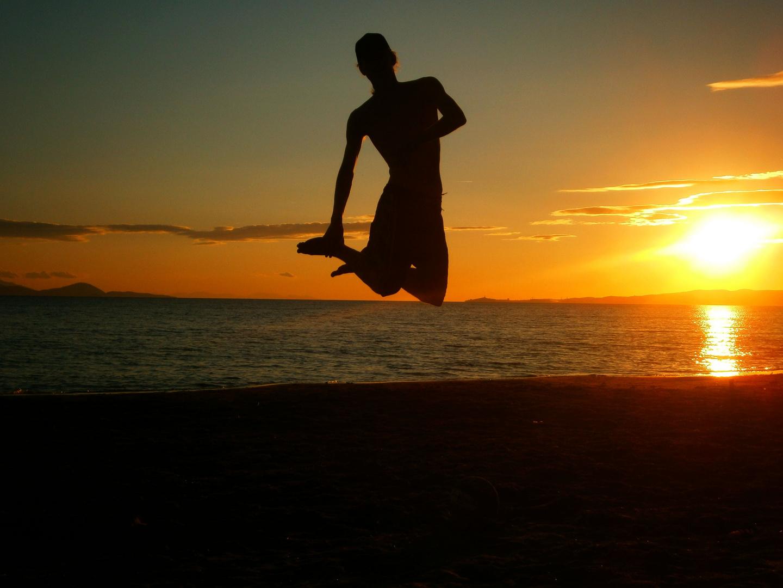 Sprung in den Sonnenuntergang