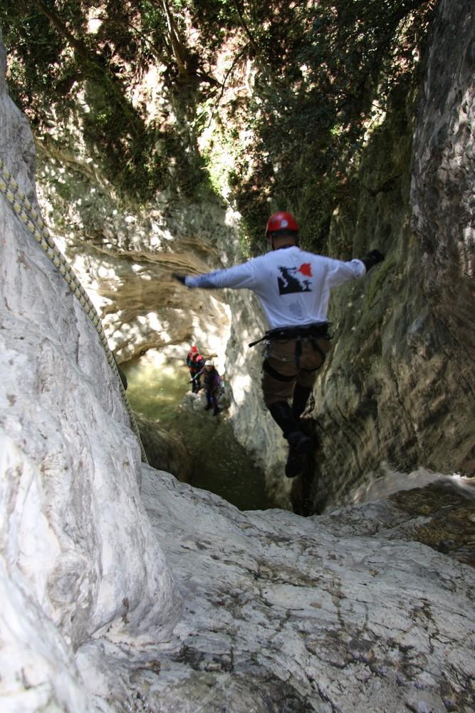 Sprung in den Wasserfall