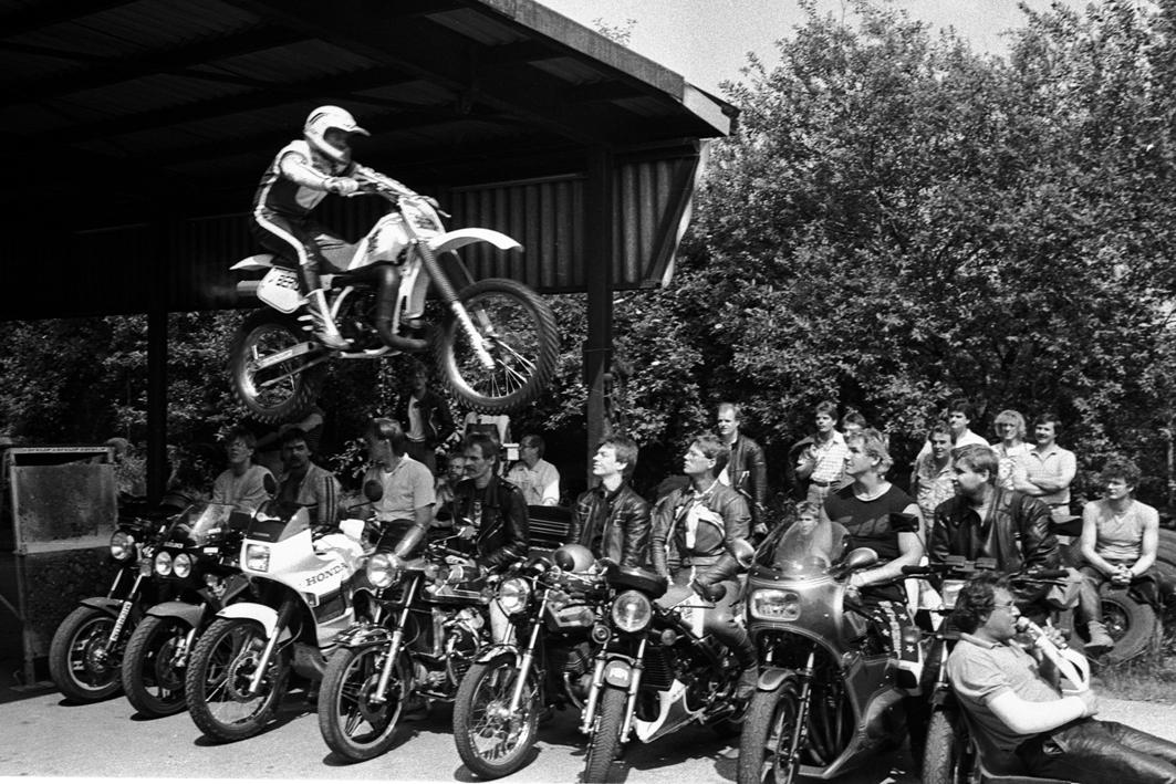 Sprung mit dem Motorrad
