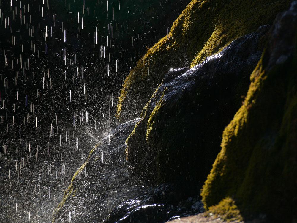 spruzzi d'acqua di una cascata