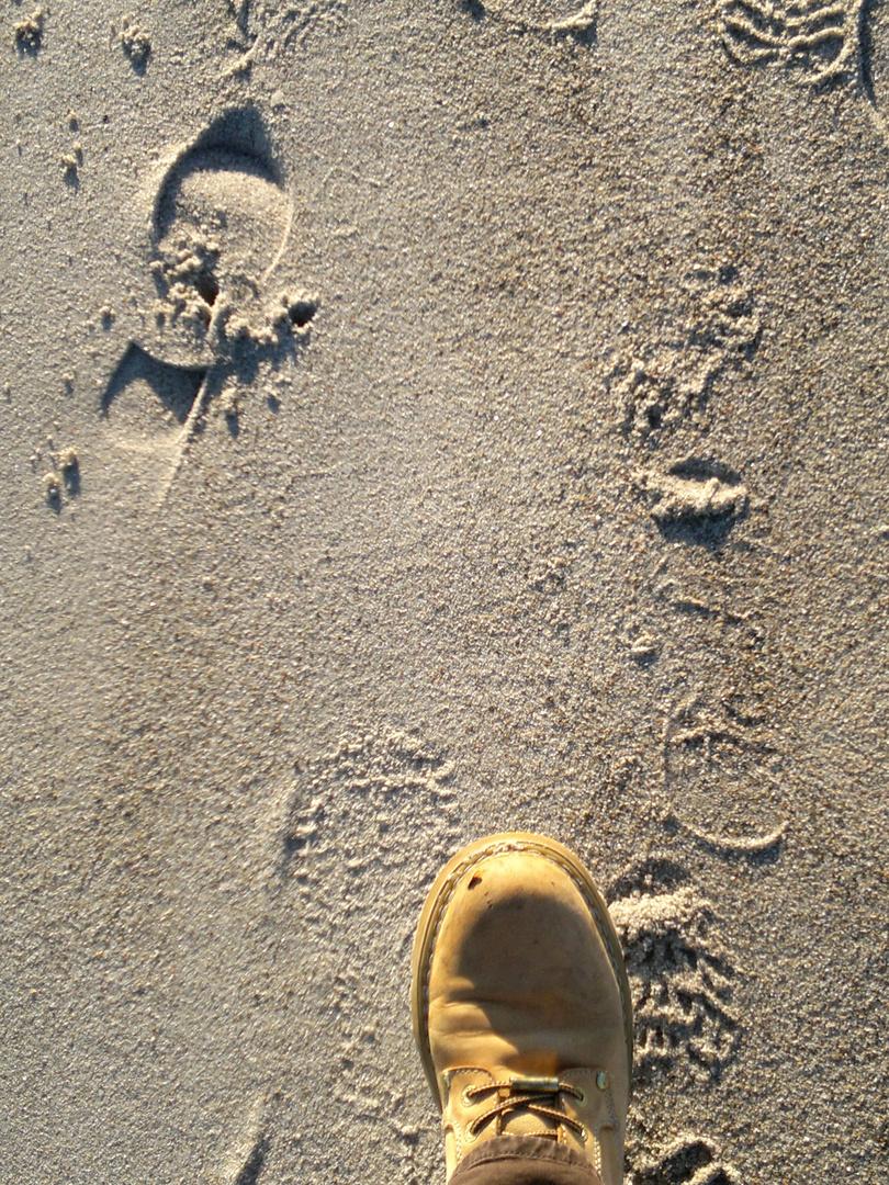 Spurentreten am Strand