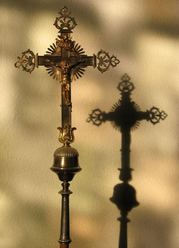 St. Michael Vortragekreuz in der Fensterspiegelung am Nachmittag