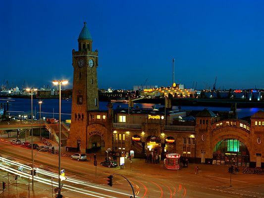 St. Pauli Landungsbrücken am Abend