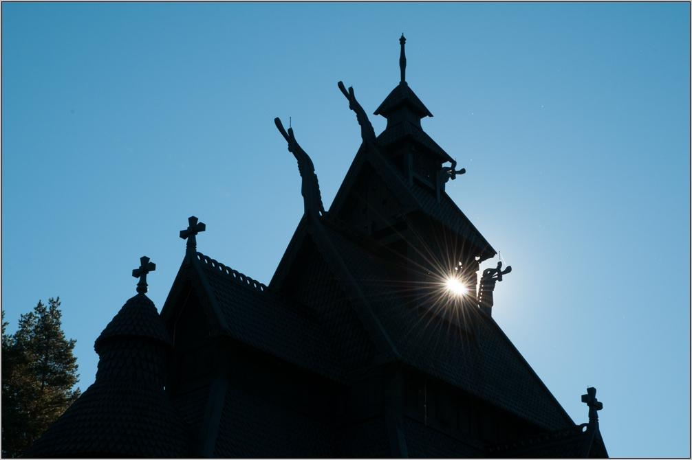 Stabkirche von Gol im Scherenschnitt ...