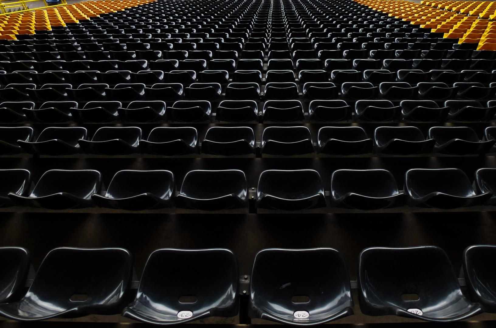 Stadionbestuhlung in den Vereinsfarben