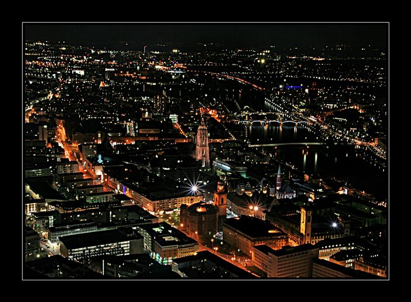 Stadt am Main bei Nacht