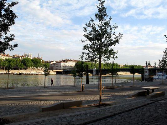Stadt am Rhôneufer 2