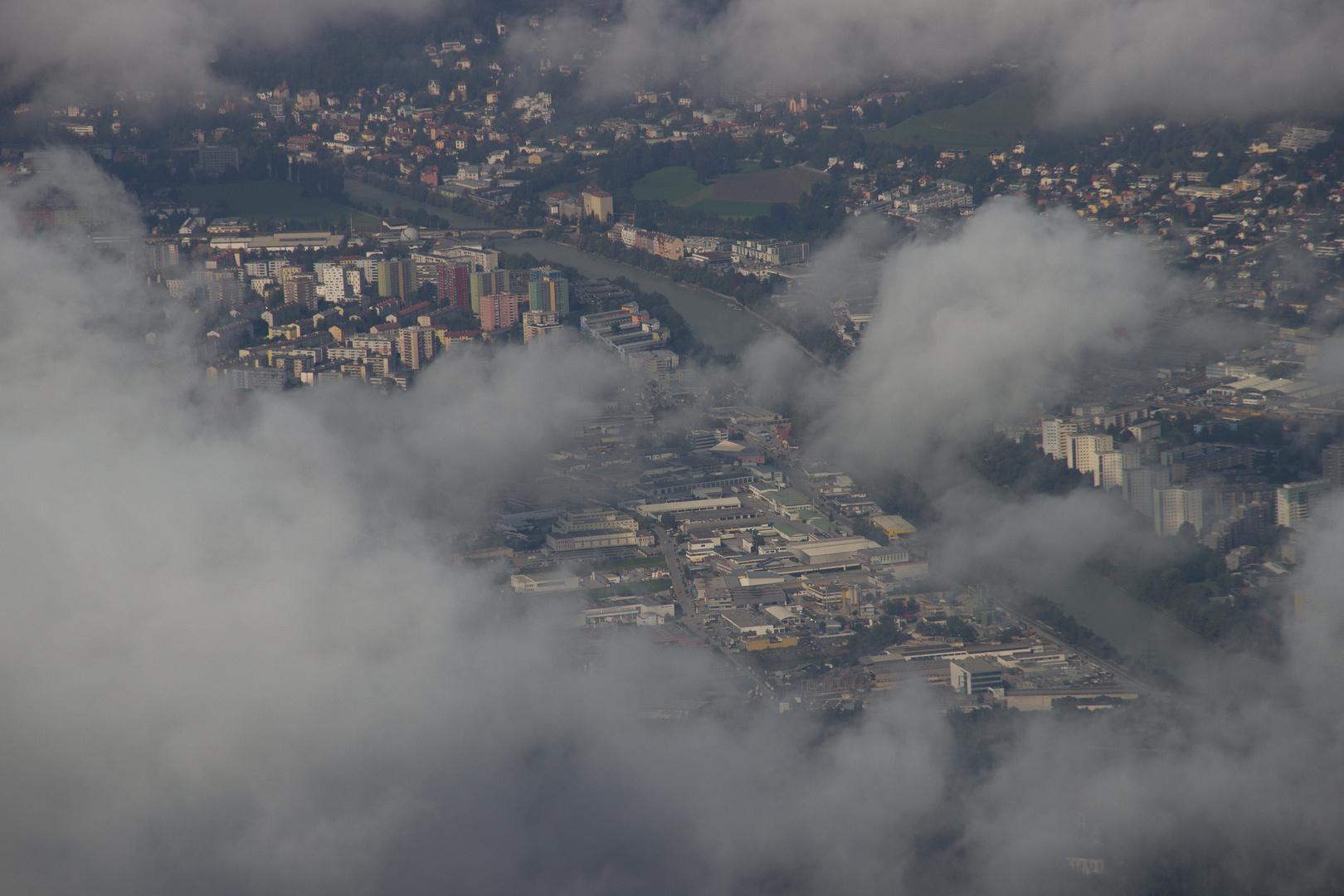 Stadt in Wolken