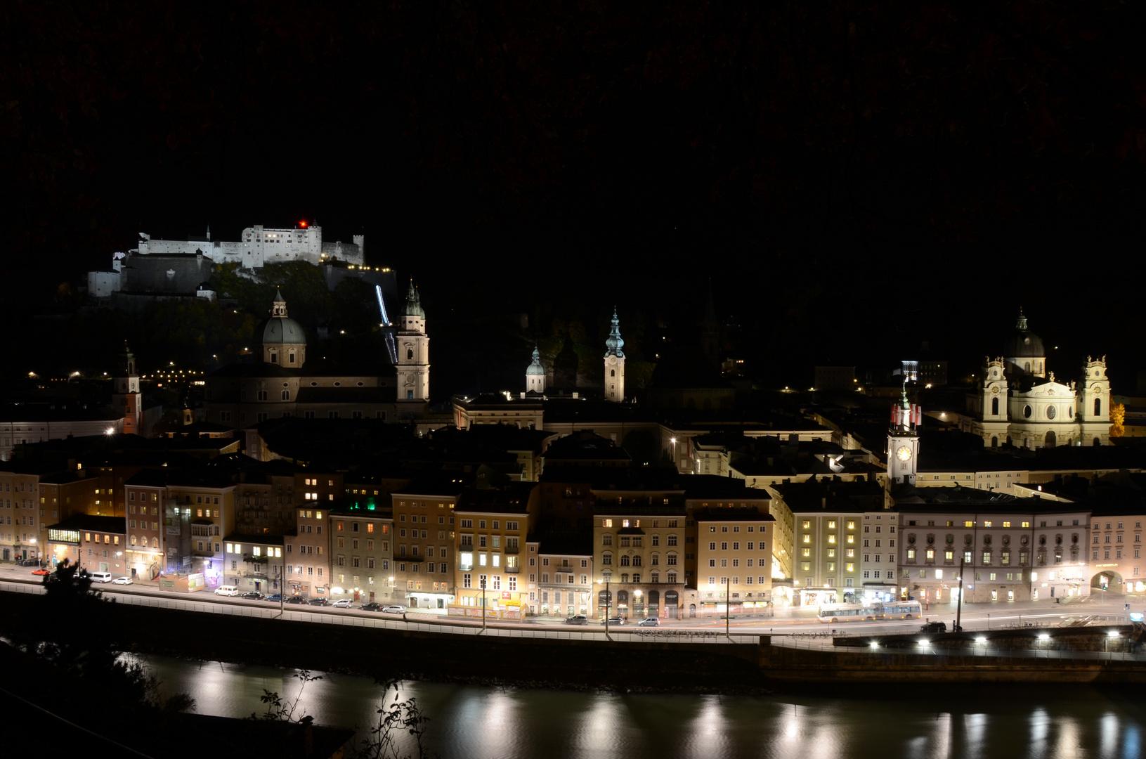 Stadt Salzburg in der Nacht