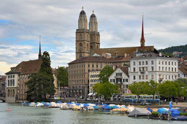 Stadt Zürich mit Limmat, Wasserkirche und Grossmünster