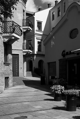 Stadtansicht mit drei Balkonen