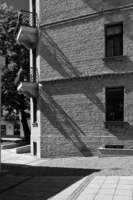 Stadtansicht mit zwei Balkonen