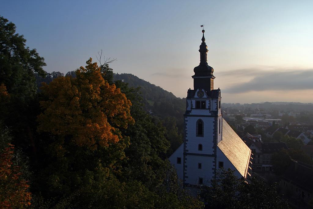 Stadtkirche in morgendlichen Herbstnebel