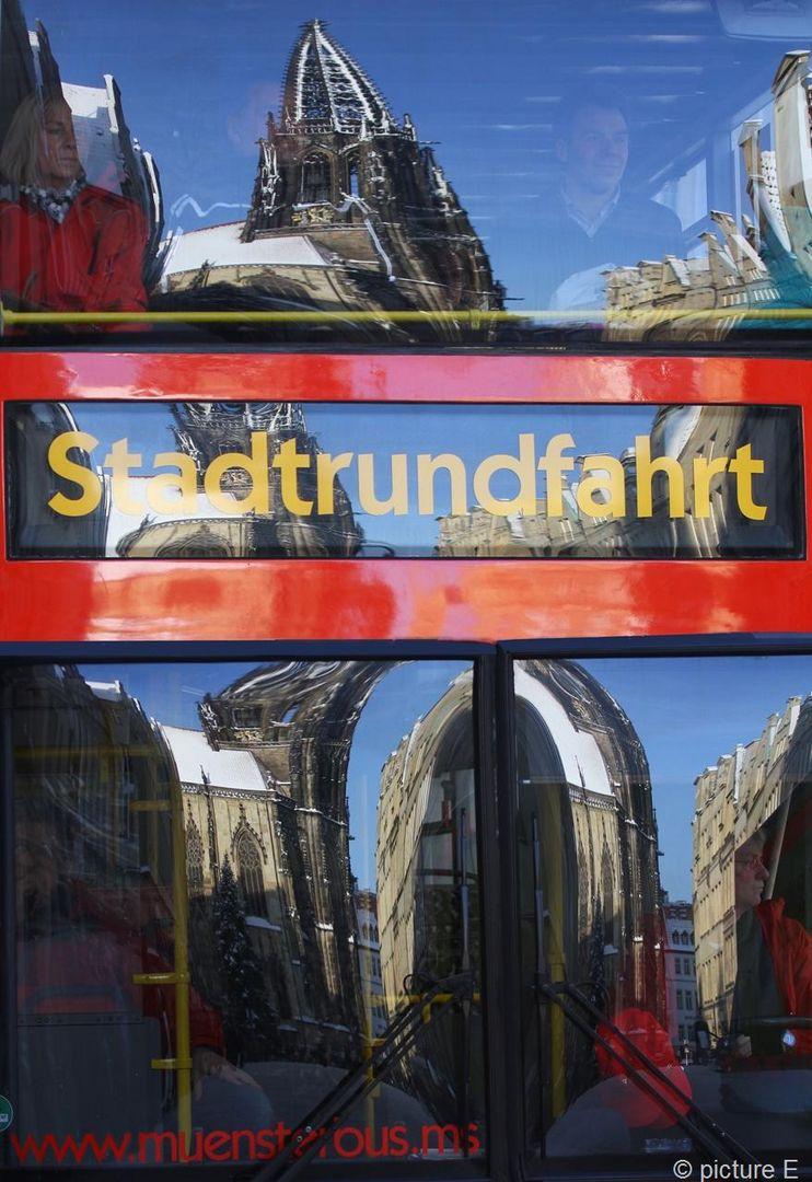 Stadtrundfahrer sehen auch alles im Spiegel des Busses nochmal (Doppeldeckerbus)