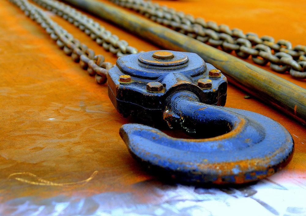Stahlblauer Haken auf rostigem Grund....