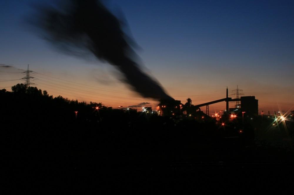 Stahlwerk bei Nacht