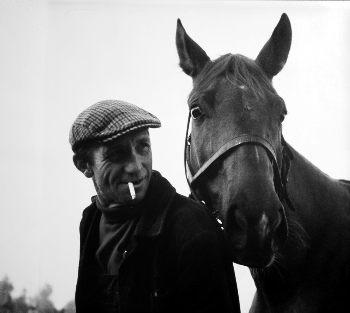 Stallknecht und Pferd