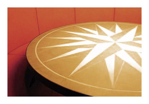 Stammtisch, der(...oft runde) Tisch, um den sich Gruppen regelmäßig versammeln...