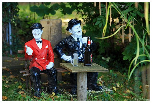 Stan and Olli have a beer