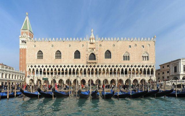 Standardmotiv 3: Gondeln mit blauer Persenning vor dem Palazzo Ducale
