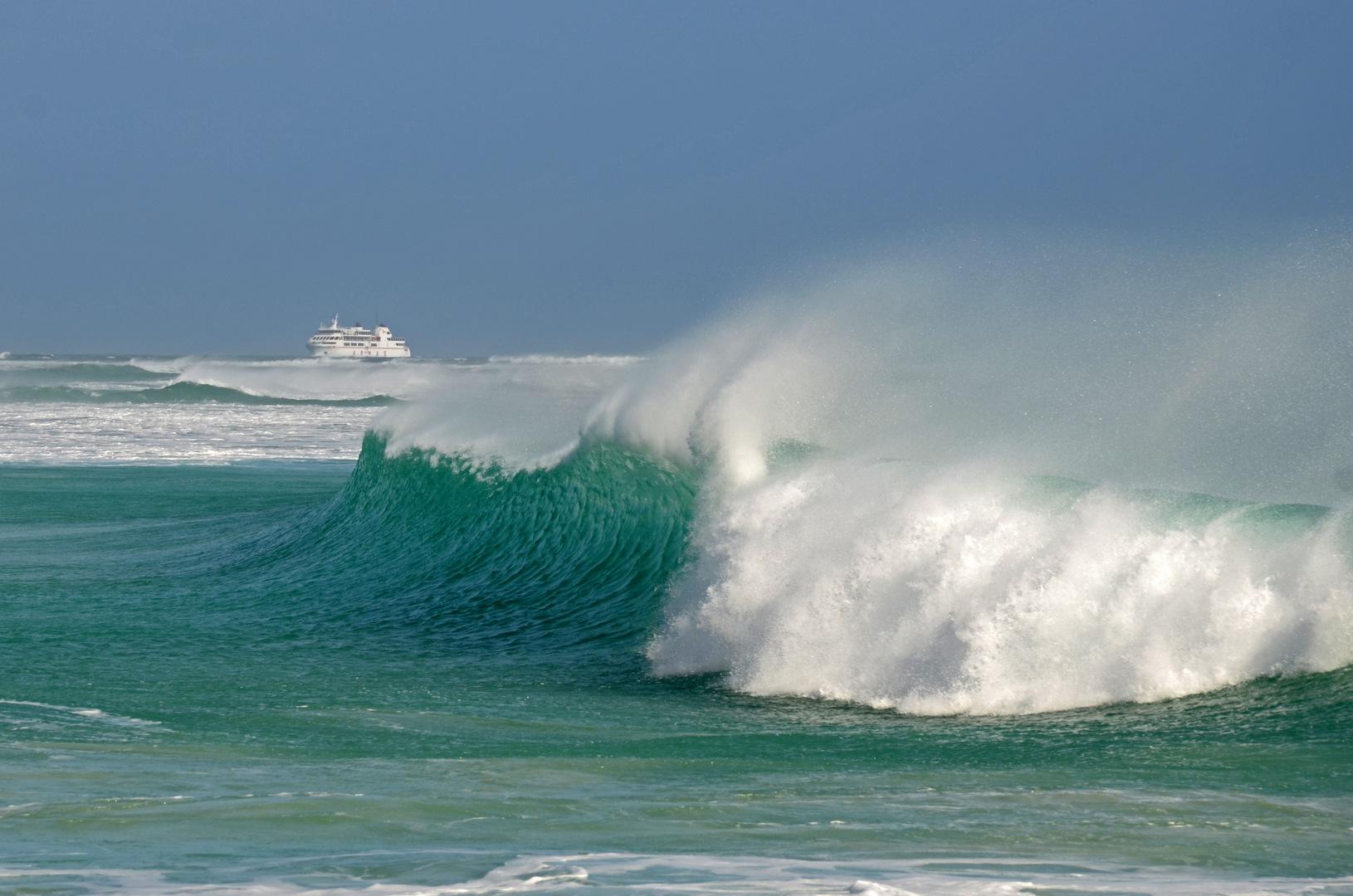 Starker Wellengang auf Fuerteventura mit Fährschiff
