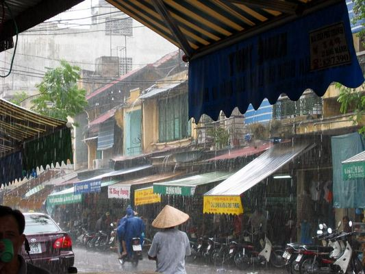 Starkregen in der Altstadt von Hanoi - Hang Duong Gasse