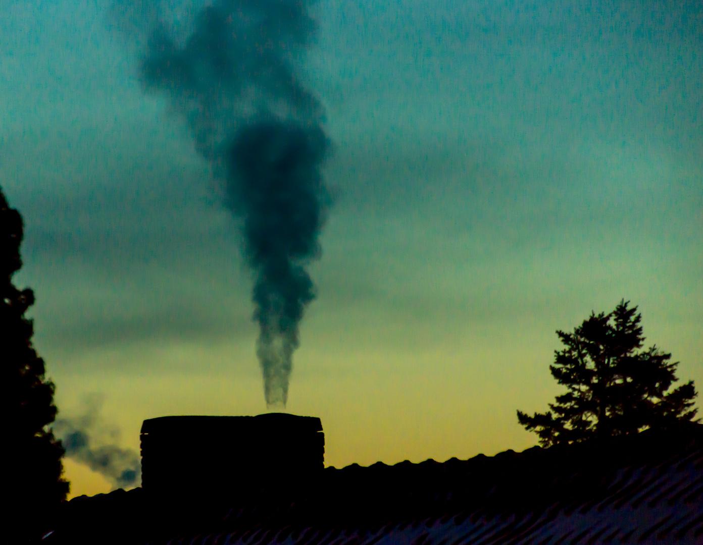 Start in einen neuen (kalten) Tag - rauchender Schornstein I
