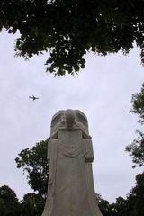 statischer Engel mit Flugzeug