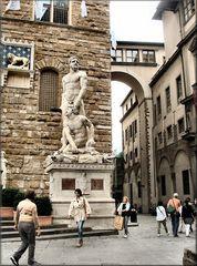 Statua al Palazzo Vecchio.