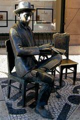 Statua di Fernando Pessoa a Lisbona