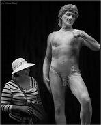 """ Statua vivente e turista curiosa """