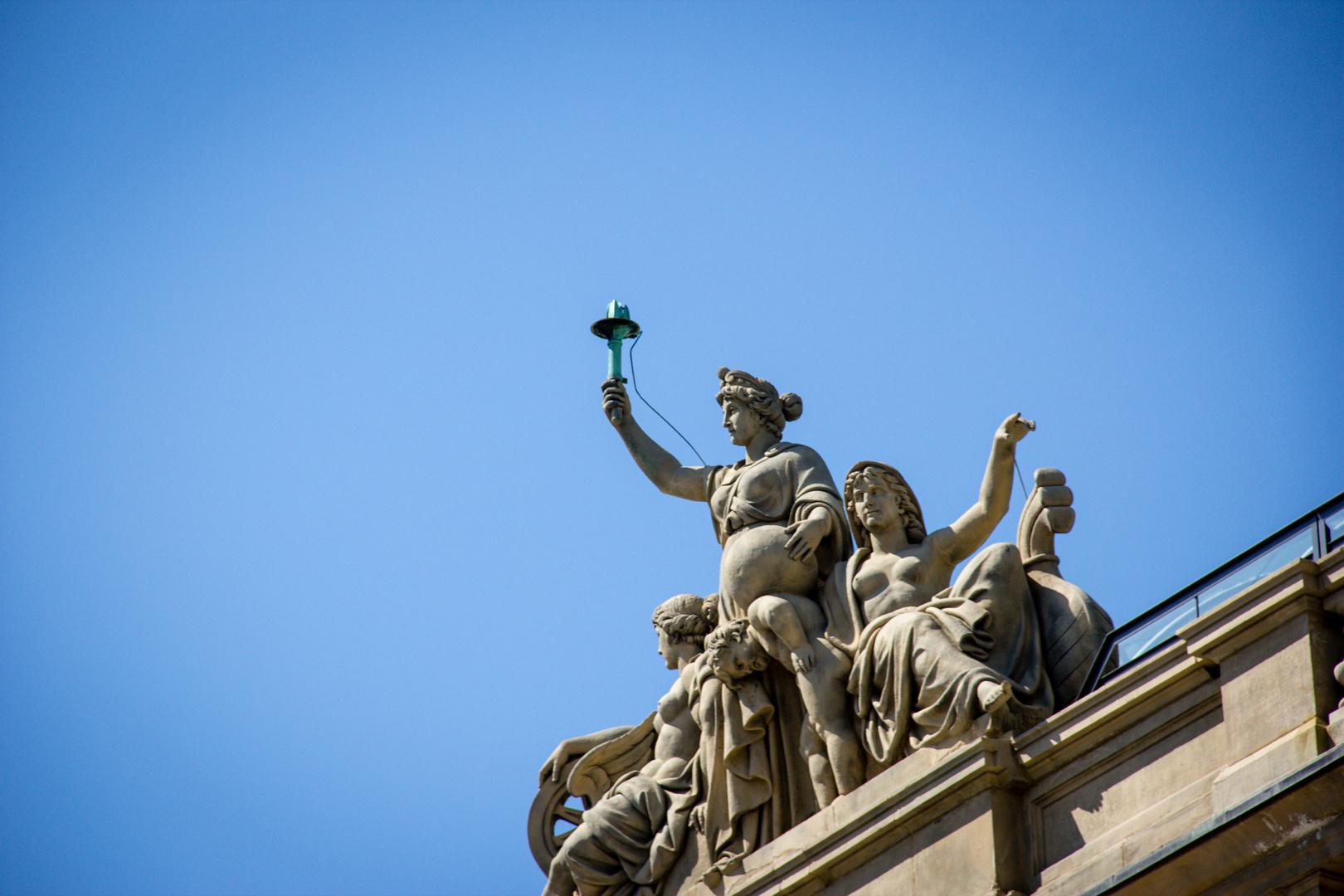 Statue auf einem Dach