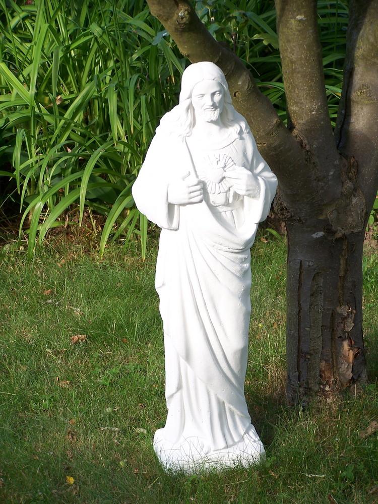 Statue auf Wiese