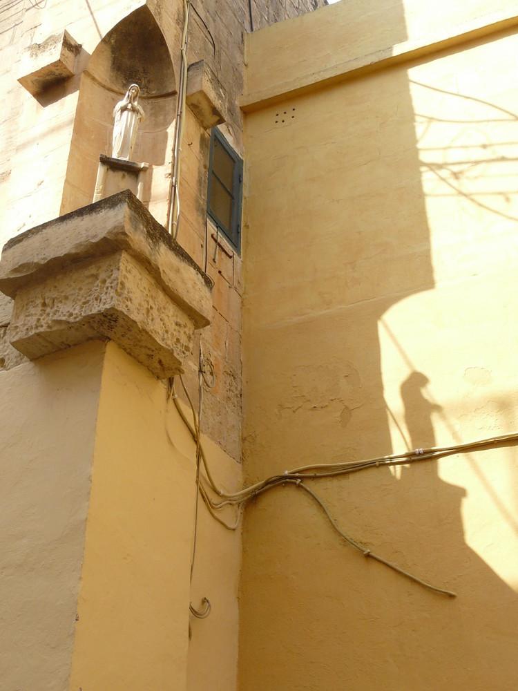 Statue de la Sainte Vierge et son ombre