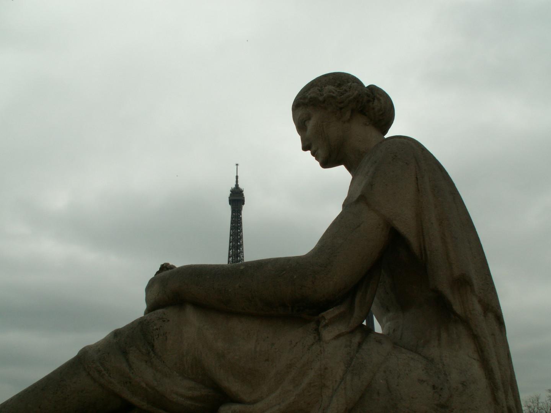 statue devant la tour eiffel