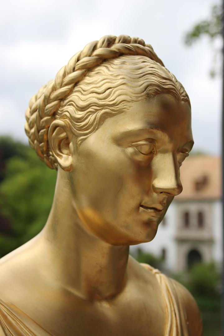 Statue im idyllischen Park