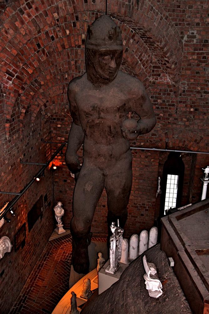 Statue im Rathausturm