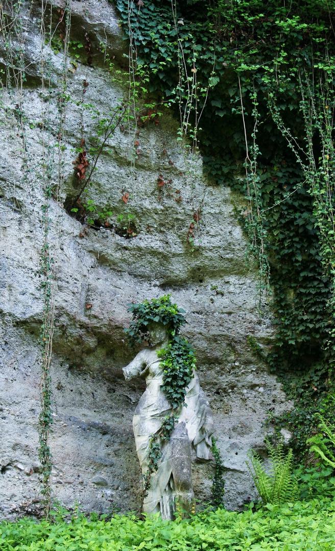 Statue mit Efeu bewachsen