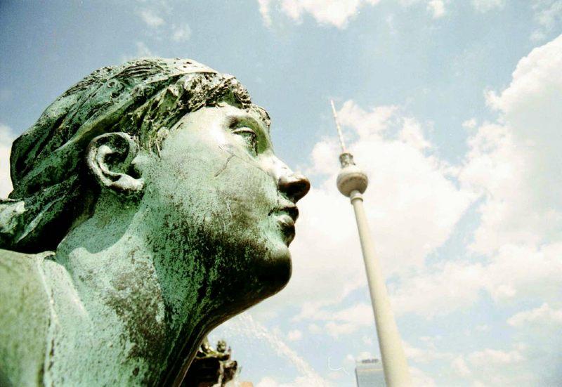 Statue mit Fernsehturm