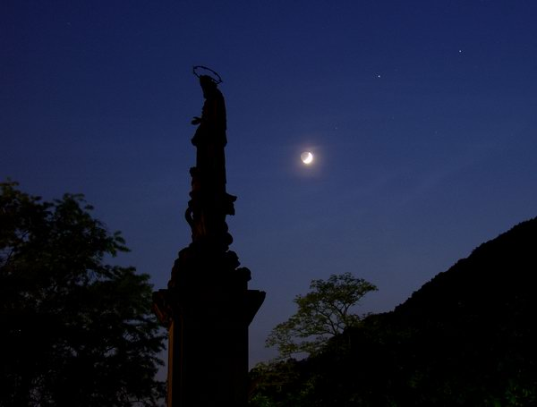 Statue mit Mond
