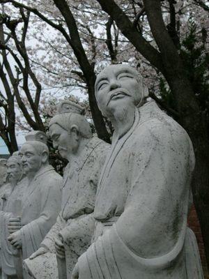 Statuen am Konfuzius-Schrein in Nagasaki