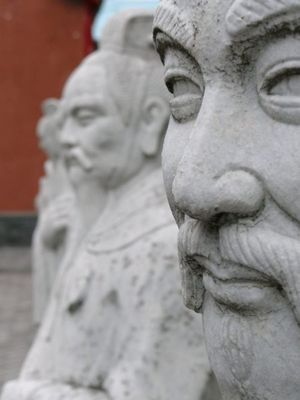Statuen am Konfuzius-Schrein in Nagasaki 2