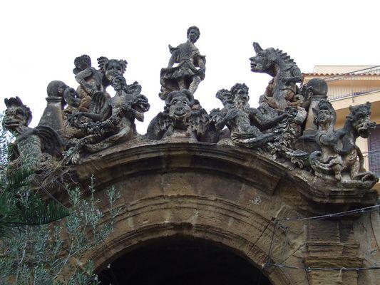 Statuen auf der Mauer der Villa Palagonia in Bagheria bei Palermo
