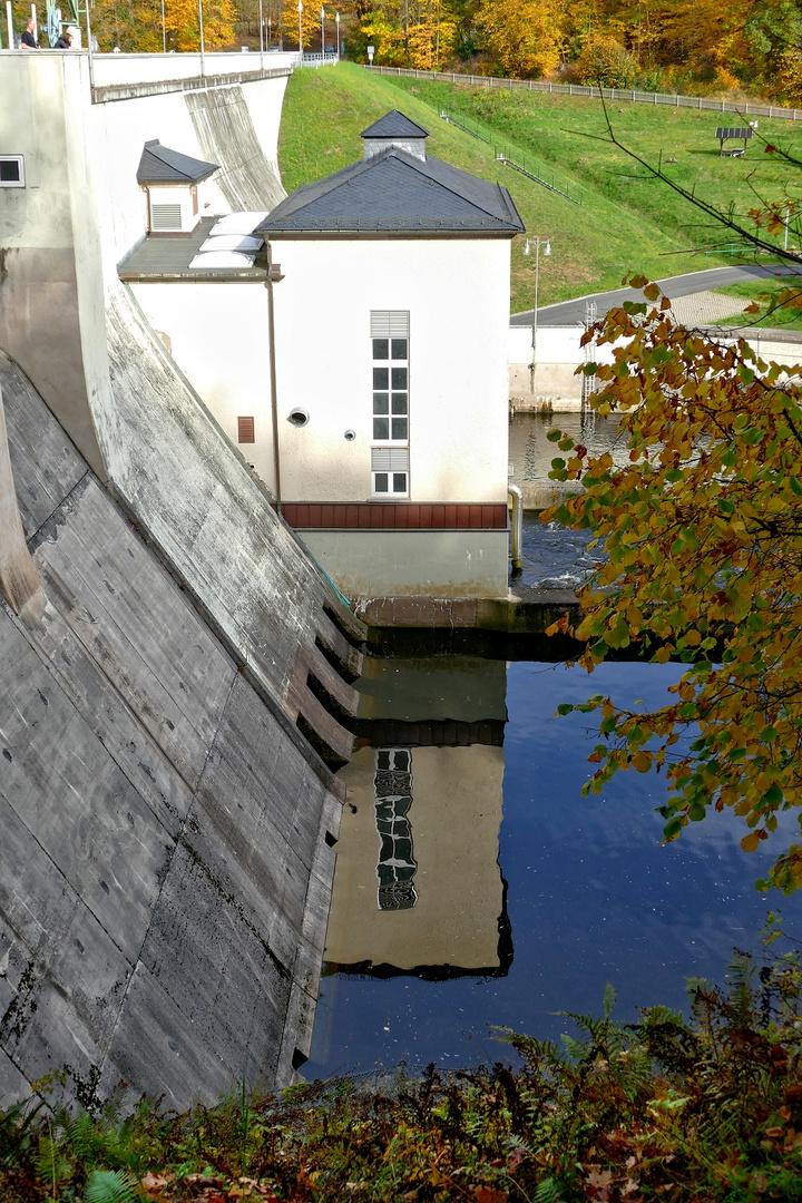 Staumauer mit Turbinenhaus