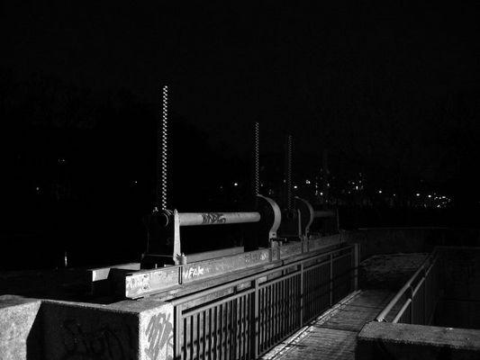 Stauwehr bei Nacht