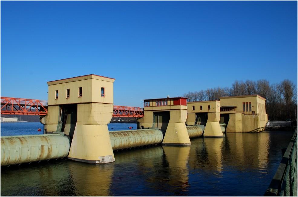 Stauwehr und Laufwasserkraftwerk Hengstey