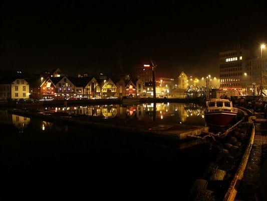 Stavanger Hafen bei Nacht und Nebel