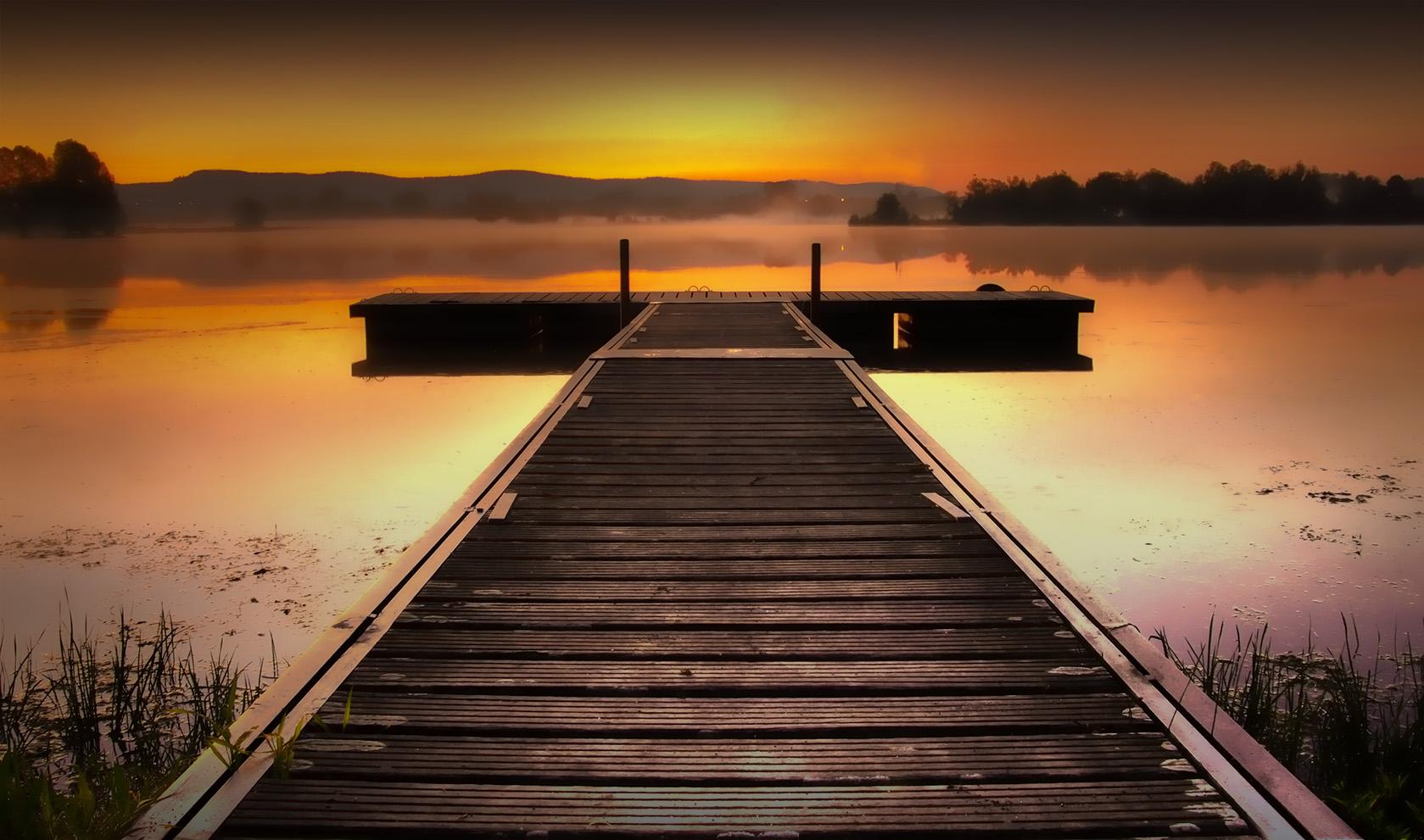 Steg im Morgengrauen
