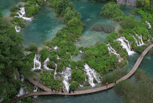 Steg über den Wasserfall